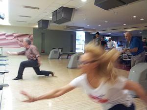 8 открытый чемпионат Дипломатического экономического клуба по боулингу 2014. Момент броска: Андре Виллерс, Снежана Шушунова