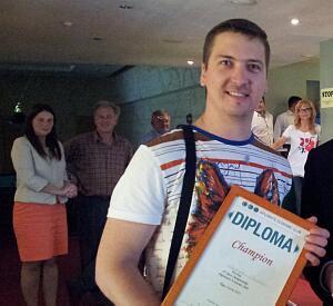 Диплом и приз победителю восьмого открытого чемпионата по боулингу Дипломатического экономического клуба Александру Шушунову
