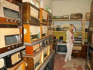 Коллекция старых часов и радиоаппаратов
