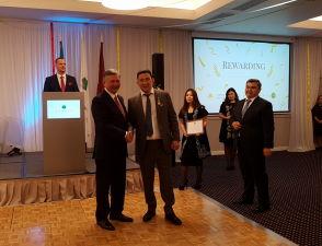 Посол Казахстана вручает медаль Адильбеку Жанабаеву