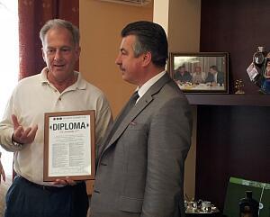 ¬ице - президент ƒипломатического луба јндре ¬иллерс  вручает јйвару яновскису ѕочетный диплом луба