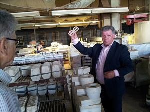 Директор Latvijas Keramika демонстрирует технологию изготовления ручек для глинянных кружек