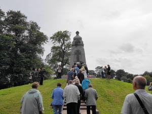 Возложение цветов к памятнику русским воинам на острове Лусавсала в Риге.