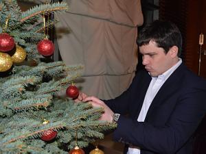Наряжаем вместе  новогоднюю ёлку. Андрей Козлов, Посольство Украины