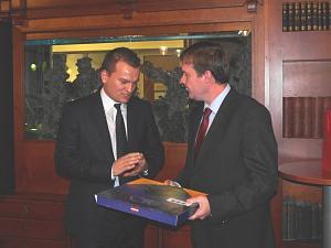 Президент Клуба Давид Томашевски иПосол Словакии вЛатвии Петер Хатяр на вечере вДипломатическом клубе