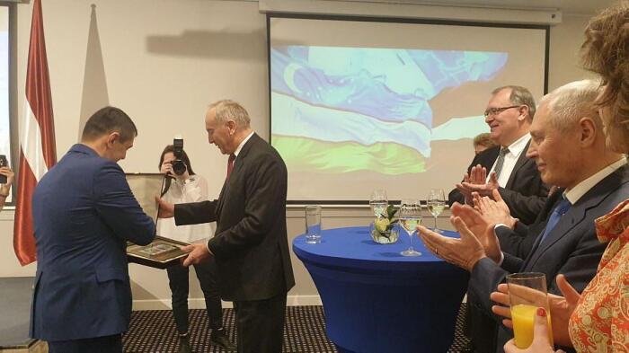 Посол Кадамбай Султанов вручил памятный подарок бывшему Президенту Латвии Андрису Берзиньшу