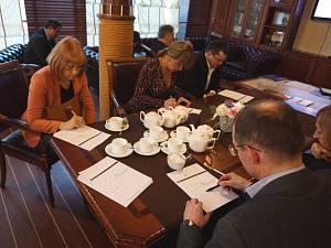 Встреча в Дипломатическом клубе 9 апреля 2015. Члены клуба поучаствовали в решении ряда математических задач