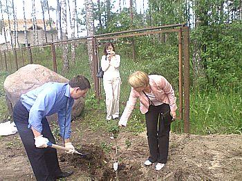 Раиса Редькина помогает Олжасу Тогузбаеву впосадке куста сирени