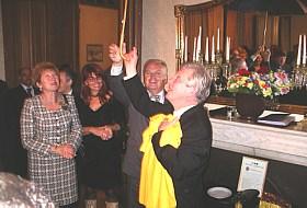 2005 год, желтая майка клуба под крышей зонтика едет в Москву!