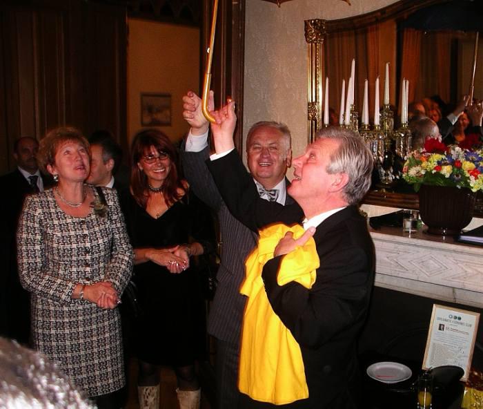 2005 год. Майка почетного президента Клуба Евгения Тихонова едет в Москву