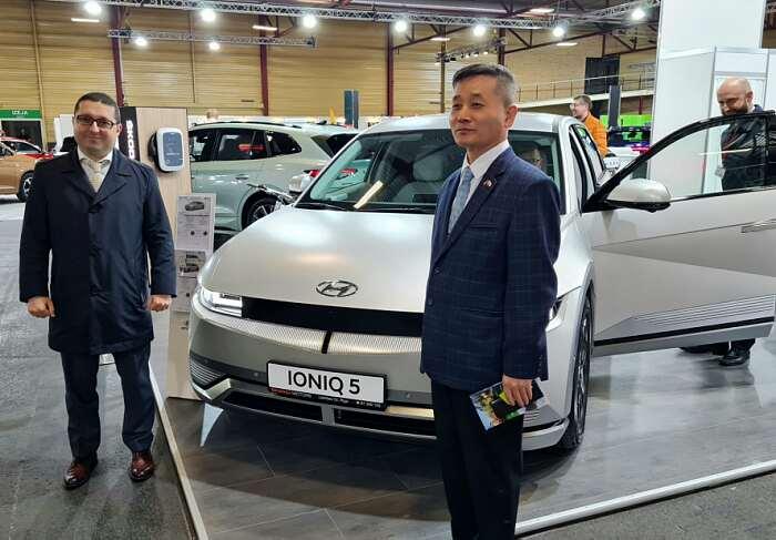 Auto 2021 Riga Посол Молдовы Адриан Роша иПосол Республики Корея Шонгджин Хан