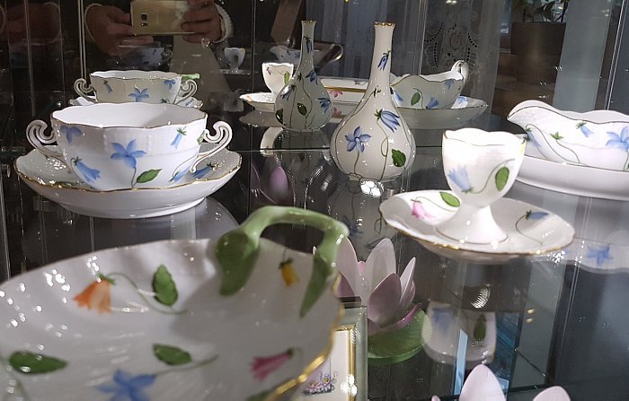 Декор сервиза Эглантин цветки васильков на белом тонком фарфоре