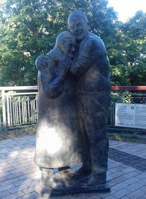 Памятник влюбленным вМариинском парке Киева