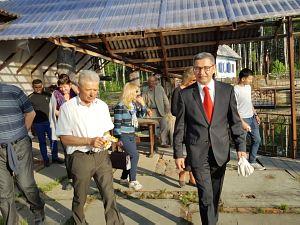 Посол Республики Узбекистан вЛатвии Афзал Артыков принял участие вакции посадки кустов сирени на Аллее Дружбы Дипломатического экономического клуба вКолотиловке