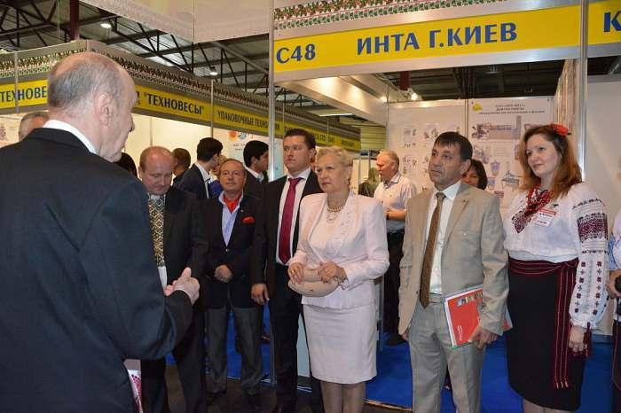 Посол Украины вЛатвии встречается сучастниками выставки на национальном стенде Украины